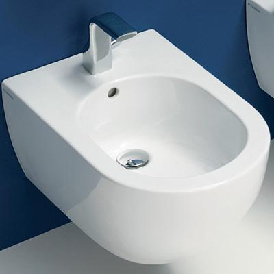 Биде App от Ceramica Flaminia выполнено в минималистском стиле. Возможны разные цветовые исполнения согласно каталога фабрики. Также в ванной комнате возможна установка унитаза этой же серии.